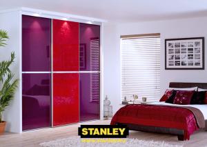 Beépített szekrény lila és piros üveges Minimalist tolóajtóval