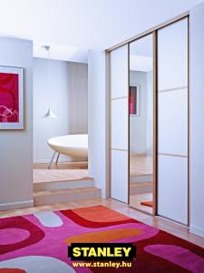 Gardróbszekrény fehér bútorlap és ezüst tükör tolóajtóval