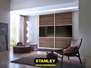 Beépített szekrény fautánzatú bútorlappal és színes üveggel osztva, Stanley alumínium tolóajtóval