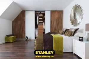 Tetőtéri beépített szekrény fautánzatú bútorlap és tejüveg alumínium keretes Stanley tolóajtóval