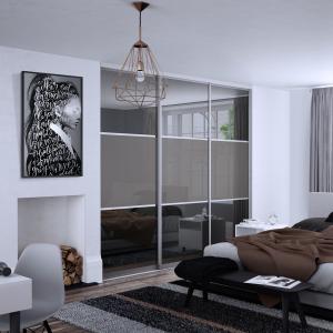 Exkluzív tolóajtó színes üveggel, bútorlap osztóbetéttel