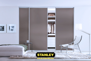 Egyszínű bútorlap tolóajtós beépített szekrény