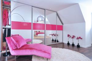 Tetőtéri beépítés ezüst tükör tolóajtóval