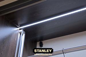 Nyitásérzékelővel ellátott LED-szalag világítás