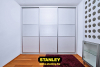 Beépített szekrény osztott fehér bútorlap Stanley alumínium keretes tolóajtókkal
