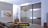 Beépített szekrény osztott fautánzatú bútorlap, sima bútorlap és bronz tükör Stanley tolóajtóval